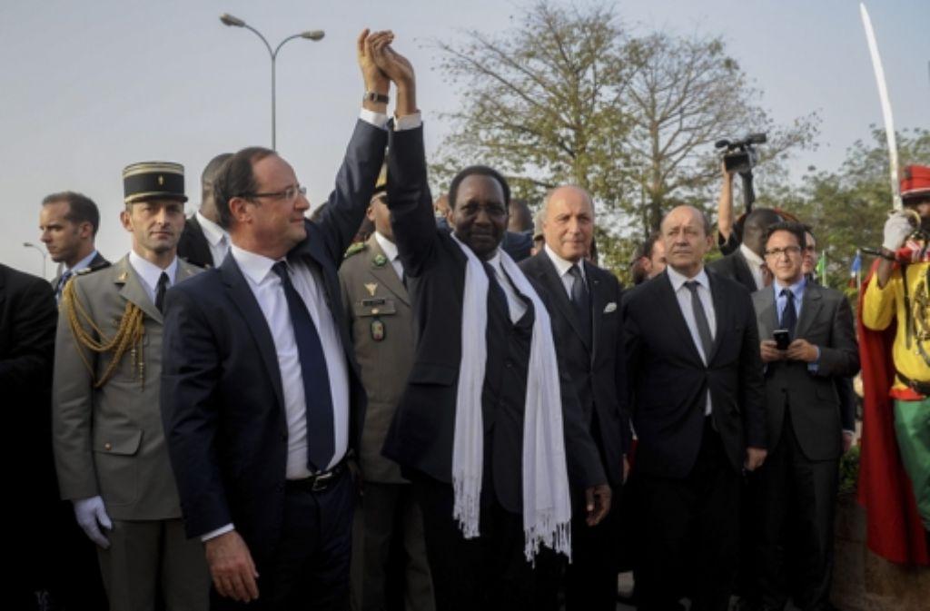 Francois Hollande mit Malis Interims-Staatsoberhaupt Diancounda Traore Foto: DPA