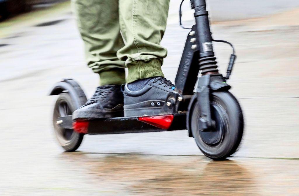 E-Roller dürfen ab einem Alter von 14 Jahren benutzt werden. (Symbolbild) Foto: Christoph Soeder/dpa