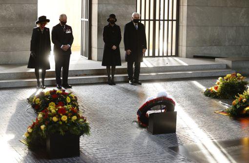 Prinz Charles legt Kranz an Neuer Wache in Berlin nieder