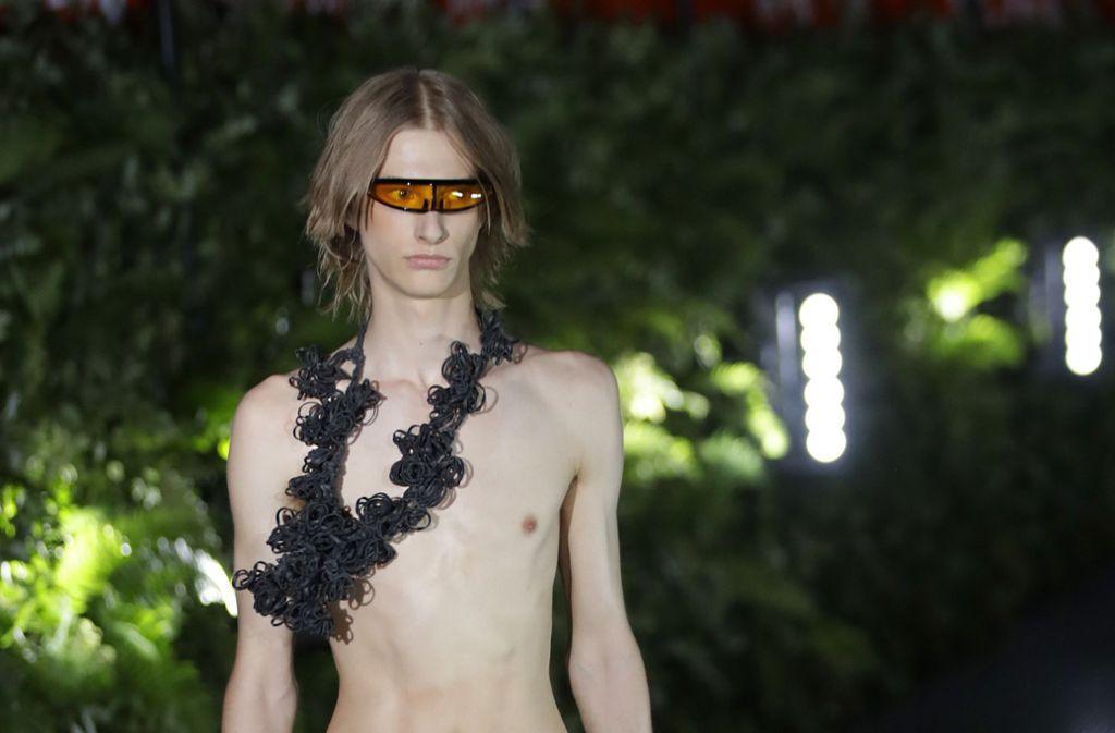 Auffällige Sonnenbrillen und Statement-Schmuck kommen nun auch bei den Herren an – hier ein Model bei der Show von Palms Angels. Foto: dpa