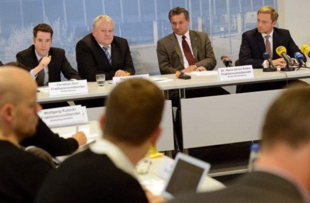 """Die FDP will sich nach ihrem Rauswurf aus dem Bundestag inhaltlich verbreitern und verstärkt sozialen Themen widmen. Die Fraktionsvorsitzenden in den Ländern verabschiedeten dazu eine """"Stuttgarter Erklärung"""". Von links: Der Vorsitzende der niedersächsischen FDP-Landtagsfraktion, Christian Dürr, der Vorsitzende der bayrischen FDP-Landtagsfraktion, Thomas Hacker, der Vorsitzende der baden-württembergischen FDP-Landtagsfraktion, Hans-Ulrich Rülke, und der Vorsitzende der nordrhein-westfälischen FDP-Landtagsfraktion, Christian Lindner. Foto: dpa"""