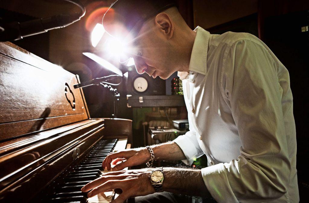Prinz-Heinrich-Mütze, weißes Hemd, schwarze Hose: Der Musiker Malakoff Kowalski hat Stil. Foto: Julija Goyd