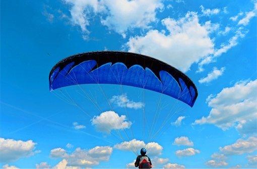 4.7.: Gleitschirmflieger landet in Baumwipfel