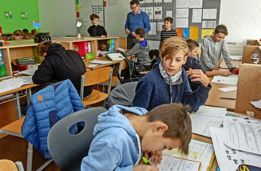 """""""Lernzeit"""": Die Schüler arbeiten selbstständig, bei Fragen kommt der Lehrer Philipp Wohlleben (hinten) dazu. Foto: factum/Bach"""