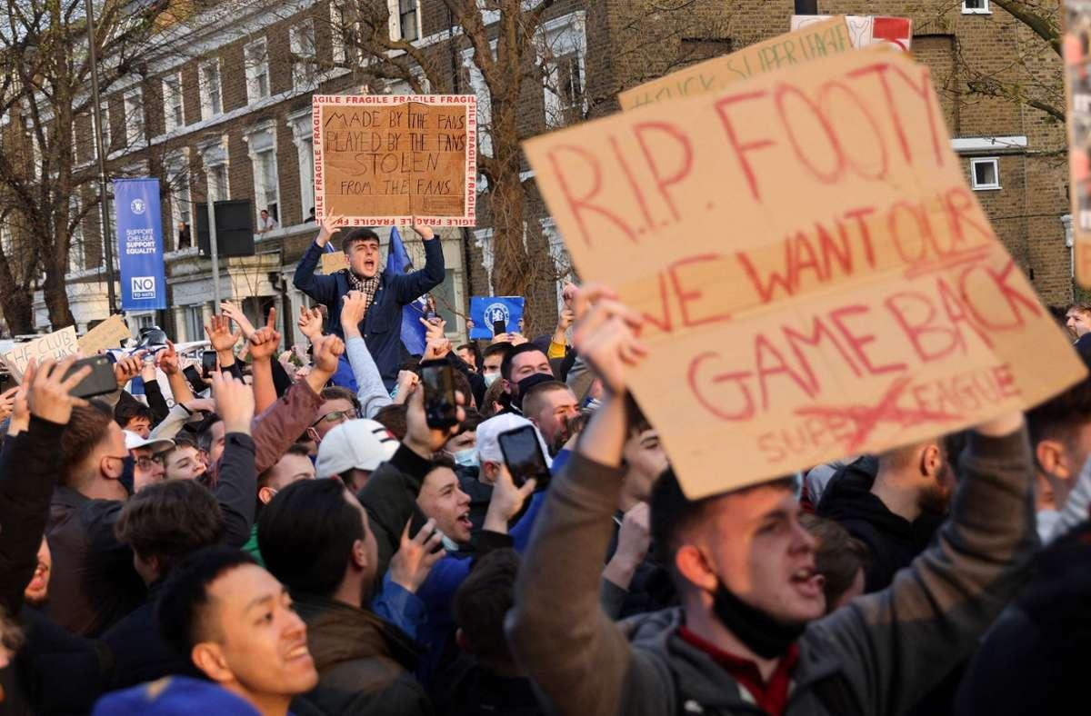Demonstrationen in London gegen die geplante Super League. (Archivbild) Foto: AFP/ADRIAN DENNIS