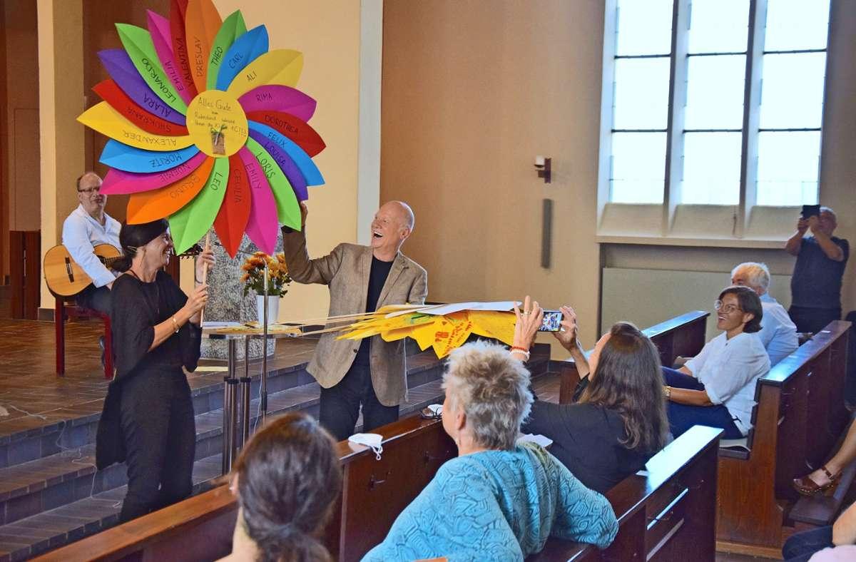 Die Elternbeiratsvorsitzende Daniela Keck übergibt Geschenke an den scheidenden Schulleiter Reinhold Sterra. Foto: Petra Mostbacher-Dix