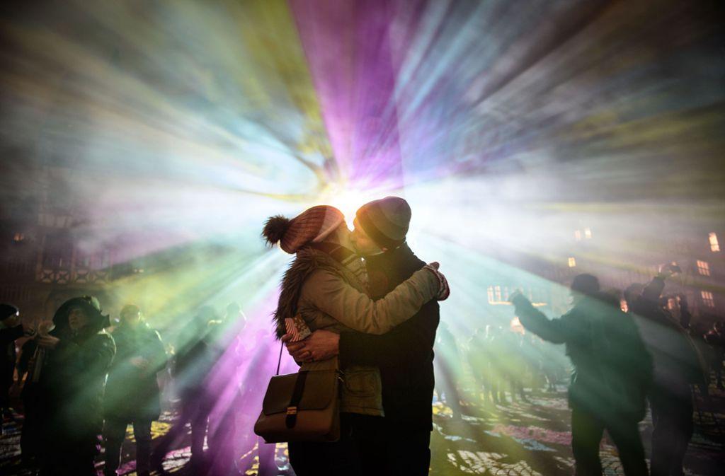Lichtinstallationen begeistern Besucher auf dem Rathausplatz in Frankfurt. Foto: Getty Images Europe