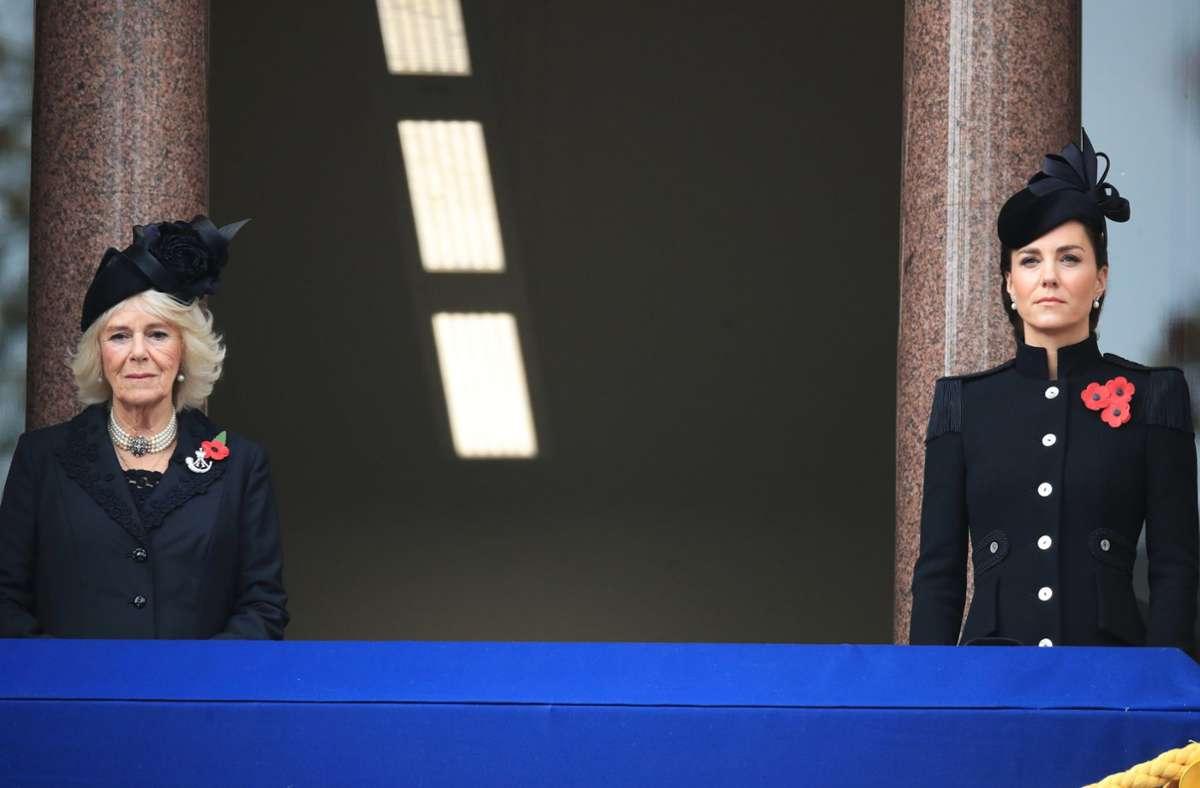 Herzogin Camilla (links) und Herzogin Kate halten aufgrund der Corona-Vorschriften einen Sicherheitsabstand ein Foto: dpa/Aaron Chown