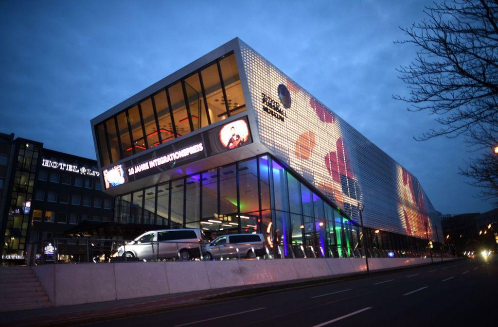 Das Deutsche Fußballmuseum  in Dortmund und andere Fußballarchive können jetzt auch online besucht werden. Foto: dpa/Jonas Güttler