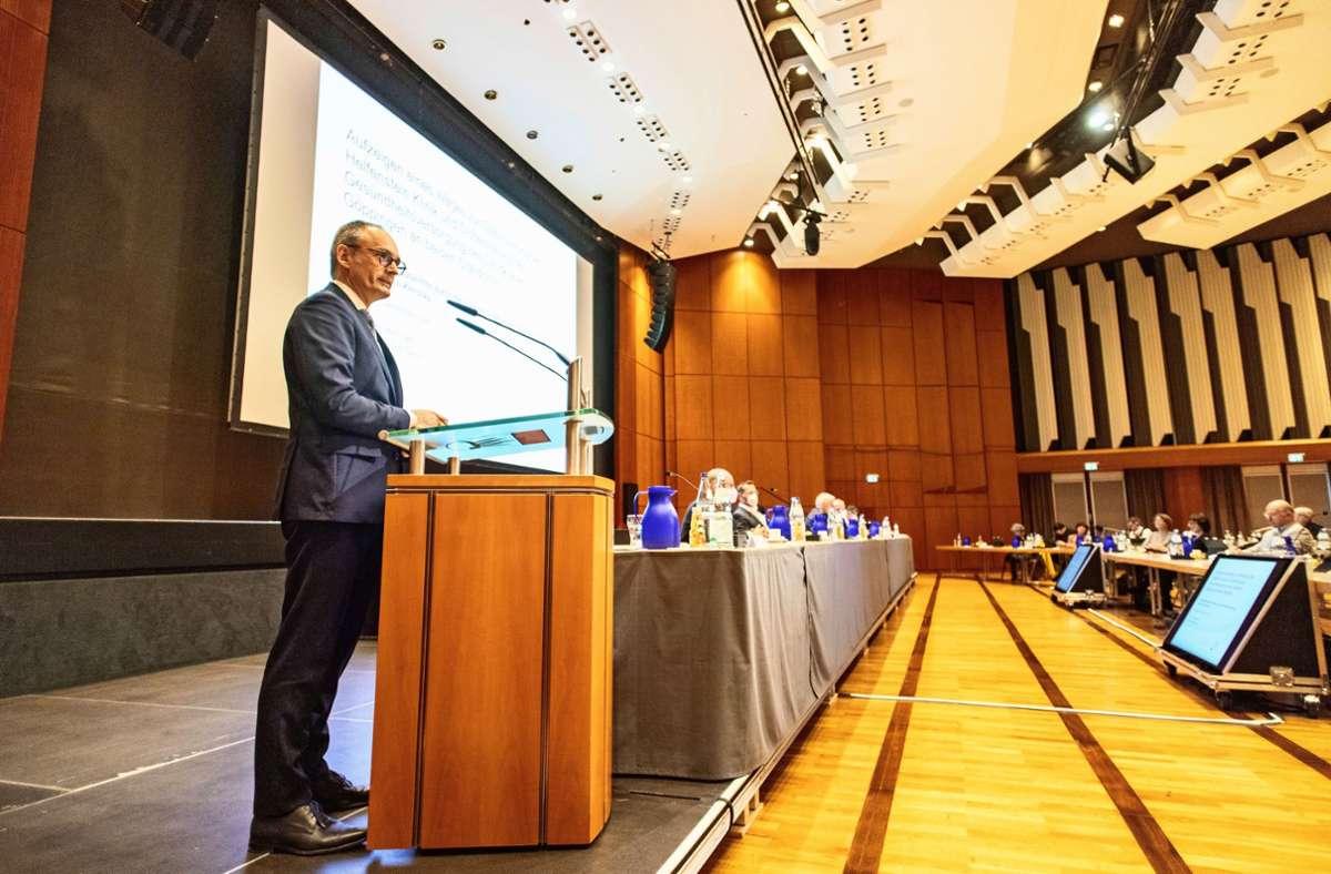 Das dritte Gutachten zur Zukunft der Helfenstein-Klinik präsentierten Experten von Curacon am Freitag dem Kreistag. Foto: Staufenpress