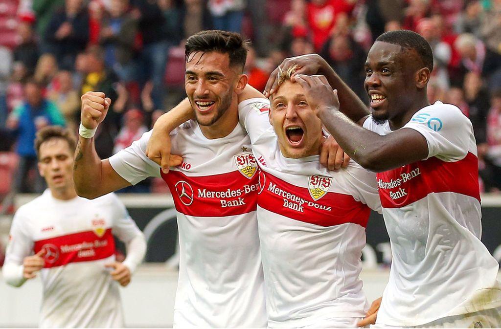 Nicolas Gonzalez, Santiago Ascacibar und Orel Mangala (v.l.n.r.) bejubeln den VfB-Sieg. Foto: Pressefoto Baumann/Alexander Keppler