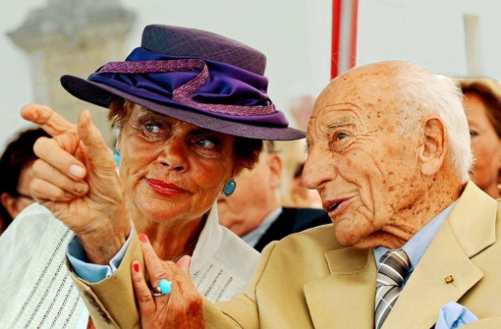 Alt-Bundespräsident Walter Scheel (FDP) mit seiner dritten Frau Barbara kommt am Mittwoch nach Bad Krozingen. Foto: dpa