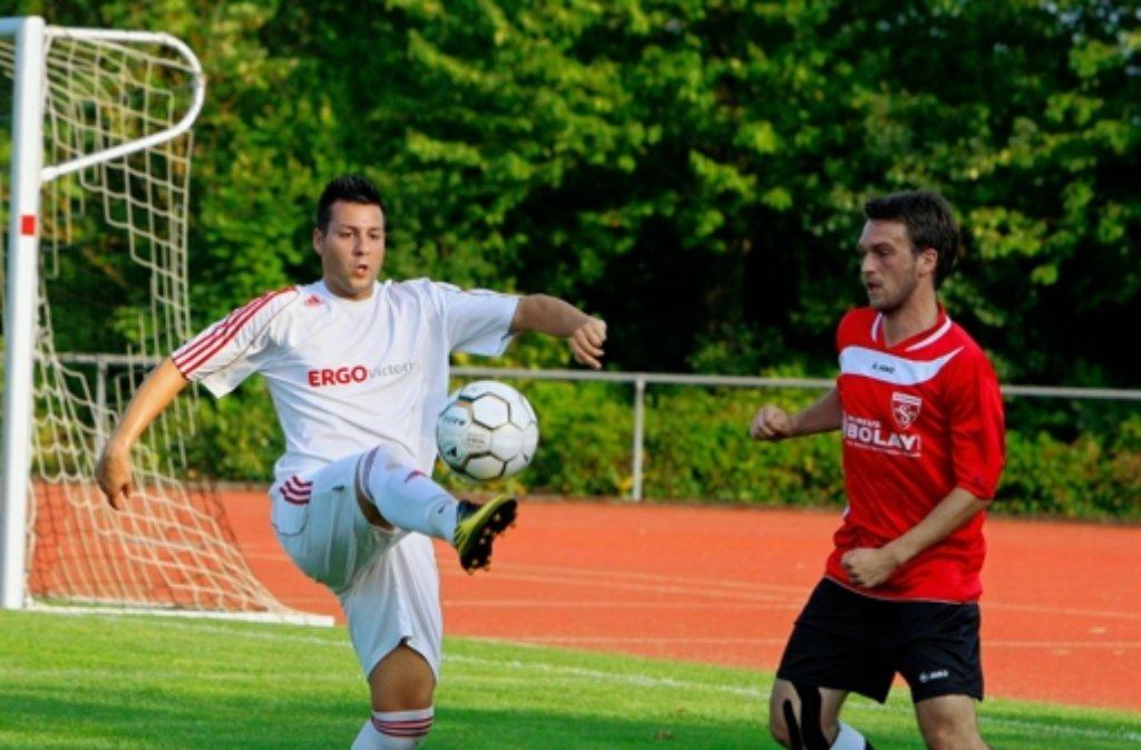 Künftig für den SV Perouse am Ball: Vincenzo Carpanzano (weißes Trikot) Foto: Andreas Gorr