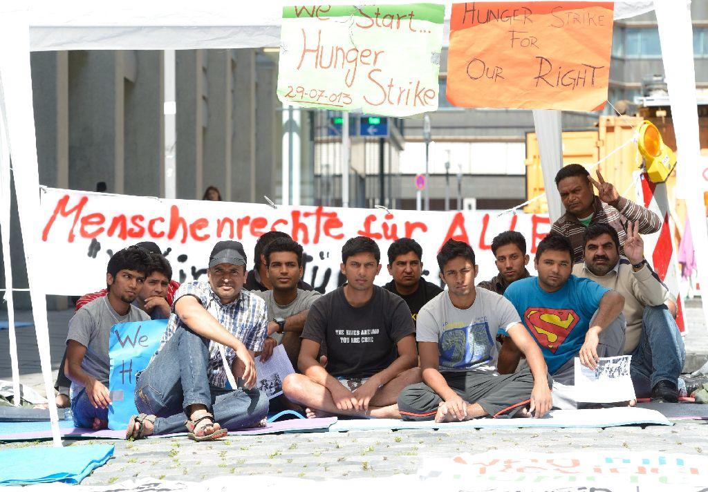 Die Flüchtlinge harren weiter aus. Die Isomatten kommen von Unterstützern. Weitere Bilder sehen Sie in unserer Bildergalerie. Foto: dpa