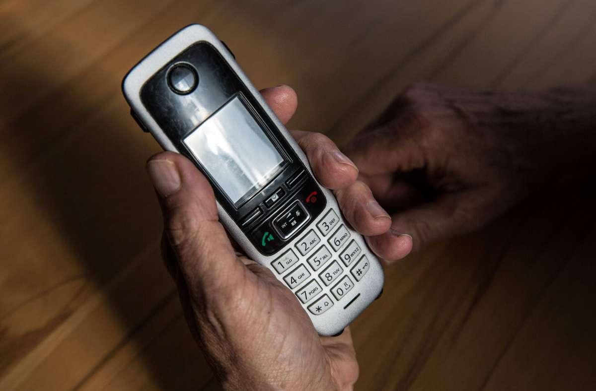 Die 78-jährige Seniorin erhielt von den mutmaßlichen Täter einen Anruf (Symbolbild). Foto: imago images/Fotostand/ K. Schmitt