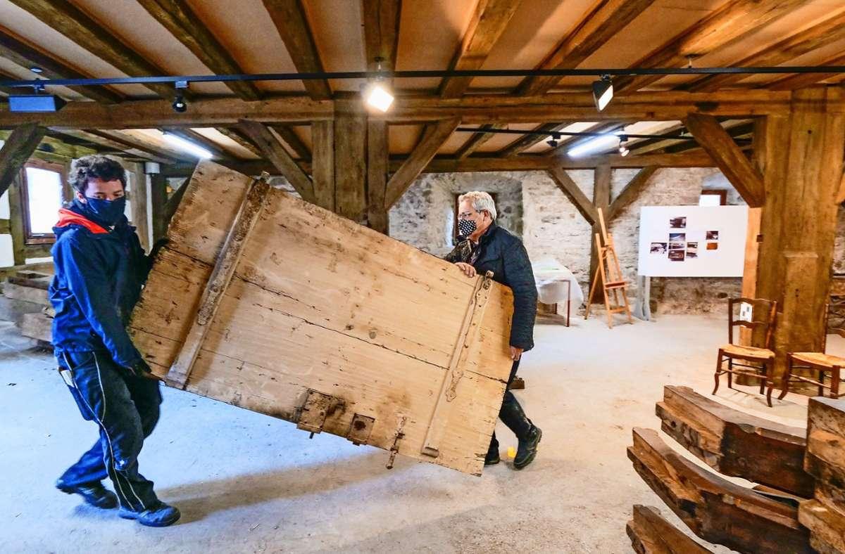 Adrian Danner und Edmund Kammerer (von links) haben zwei Türen gekauft. Im Angebot ist auch eine Rattenfalle. Foto: factum/ Granville