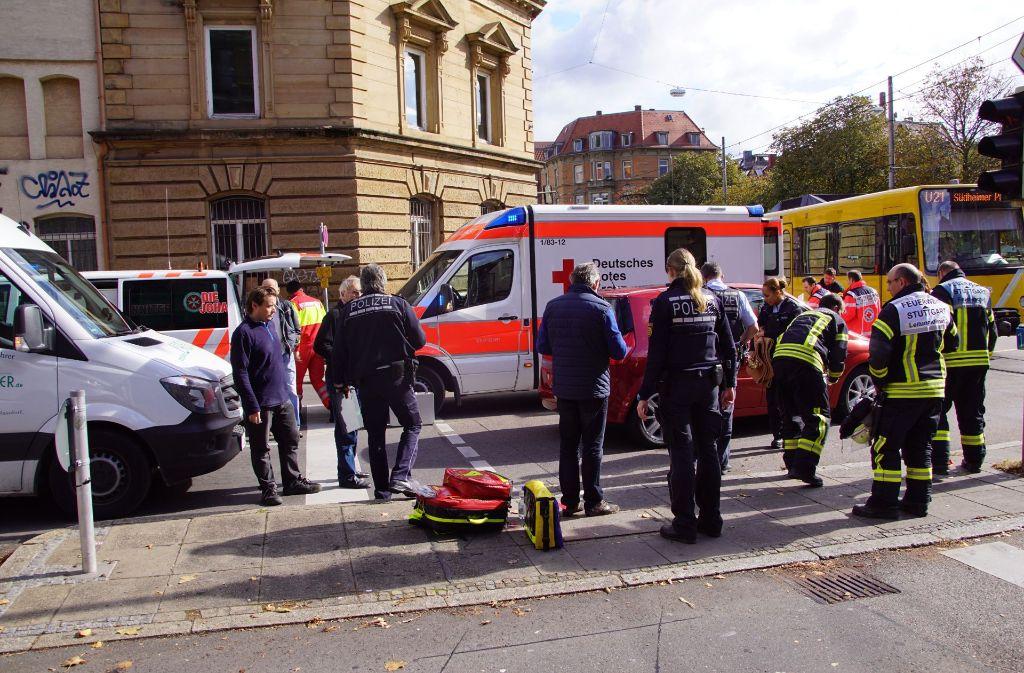 Am Freitag wurde eine Fußgängerin auf der Böblinger Straße auf Höhe der Haltestelle Erwin-Schöttle-Platz von einem Auto angefahren. Foto: SDMG
