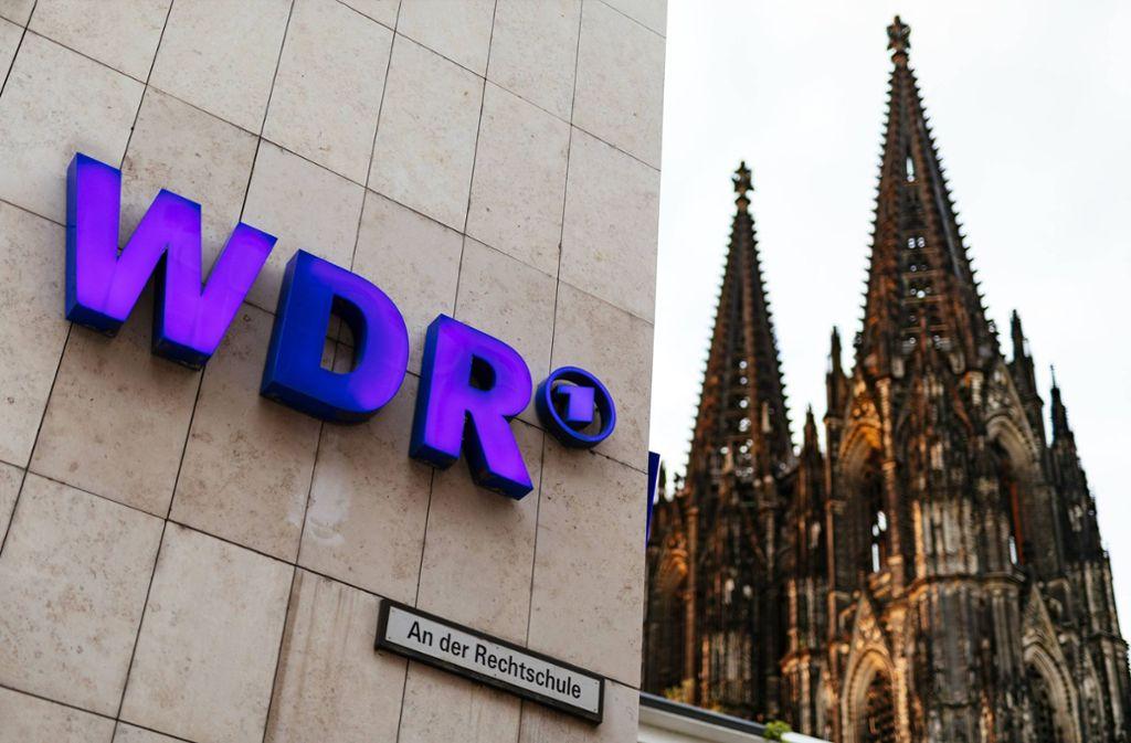 Das WDR-Logo am Funkhaus am Wallrafplatz in Köln. Foto: imago images / Future Image/Christoph Hardt