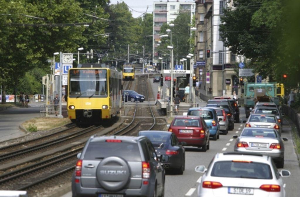 Die Blechlawine rollt durch die Waiblinger Straße. Foto: Achim Zweygarth