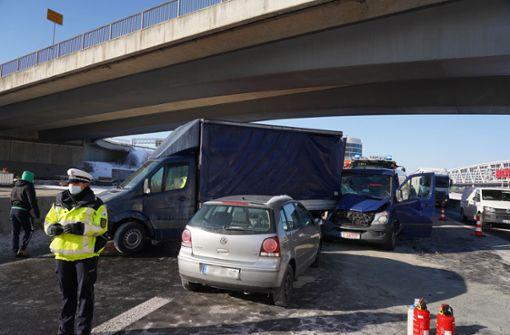 Stauchaos nach Unfallserie auf der A8 beim Flughafen
