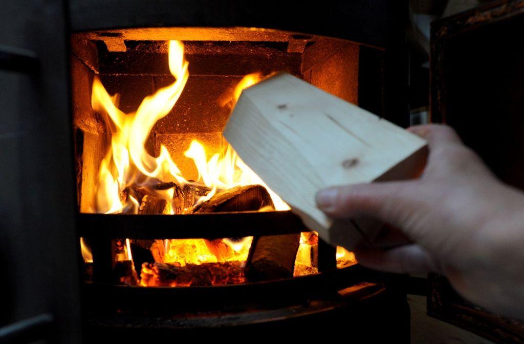 Bei Feinstaubalarm in Stuttgart müssen all die Holzöfen ausbleiben, die nicht die einzige Wärmequelle in einer Wohnung sind. Foto: dpa