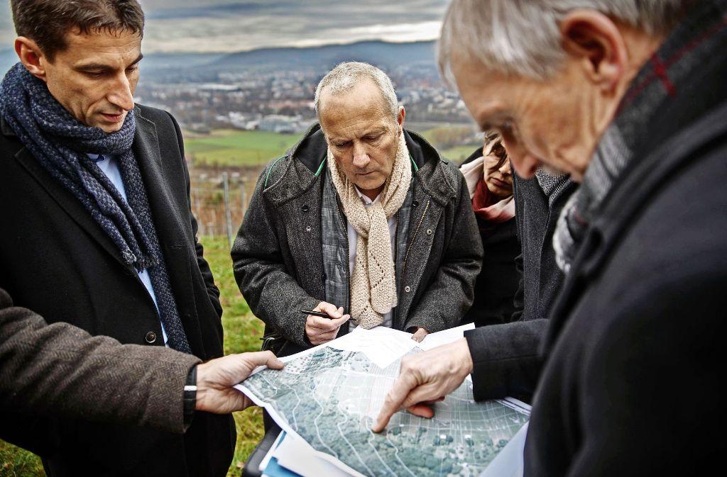 Am Schorndorfer Grafenberg   erfährt  der Frankfurter Architekt Joachim Wendt (Mitte) den Standort seiner Station. Foto: Stoppel