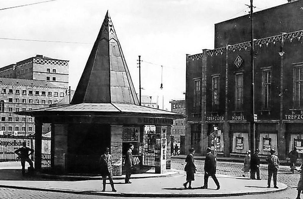 Der Palast der Republik in früherer Zeit: Öffentliche Bedürfnisanstalt und Wittwer-Kiosk war der heutige Szene-Treff. Auf der anderen Straßenseite ist auf diesem Foto der Ufa-Palast zu sehen. Foto: Stzn-Archiv