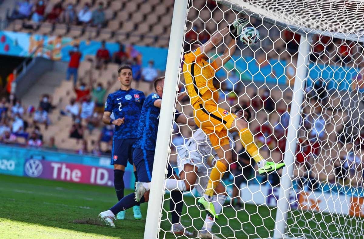 Das (Eigen-)Tor des Turniers: Der Slowake Martin Dubravka schmettert sich den Ball gegen Spanien selbst ins Netz. Foto: imago/EFE