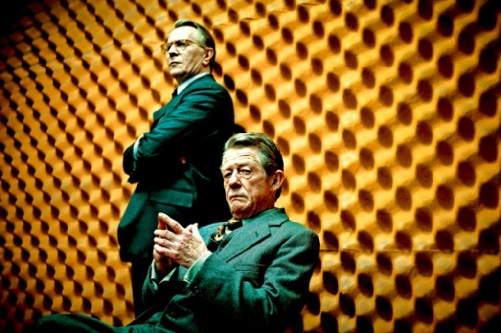 Gary Oldman (stehend) und John Hurt als Meister des Verrats. Foto: Studiocanal