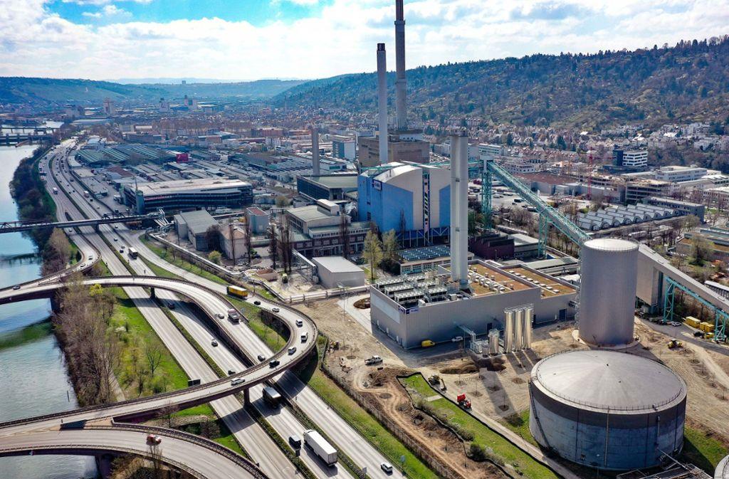 Das Gasheizkraftwerk mit dem Wärmespeicher rechts daneben ist  kleiner als das alte Kohlekraftwerk dahinter. Der Öltank (unten rechts) soll abgebaut werden. Foto: EnBW/Tema