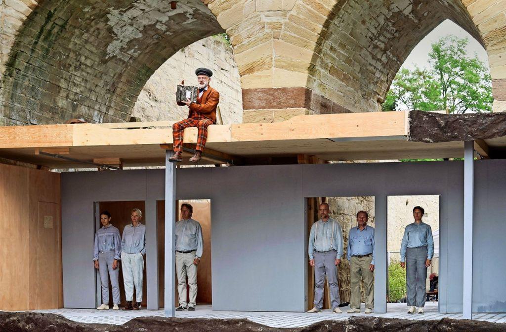 Der Festungsgraben als Spielort für ein Stück über die   Festung und ihre Gefangenen:   Das Theater Lindenhof Melchingen probt im Graben des Hohenaspergs. Foto: factum