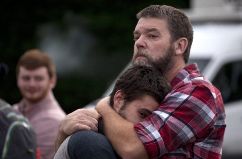 Die Schüler der Marysville-Pilchuck High School wurden von der Polizei zu einer Kirche gebracht, wo sie auf ihre Eltern trafen. Den Familien stand das Entsetzen ins Gesicht geschrieben. Foto: dpa