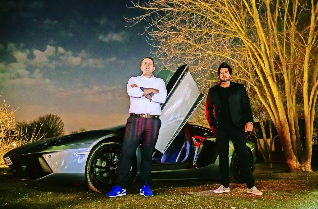 Sven (links) und Michael Kantz mit ihrem 500.000 Euro teueren Lamborghini Spyder Aventado   auf dem Ochsen-Parkplatz in Neuhausen auf den Fildern. Foto: Thomas Niedermüller