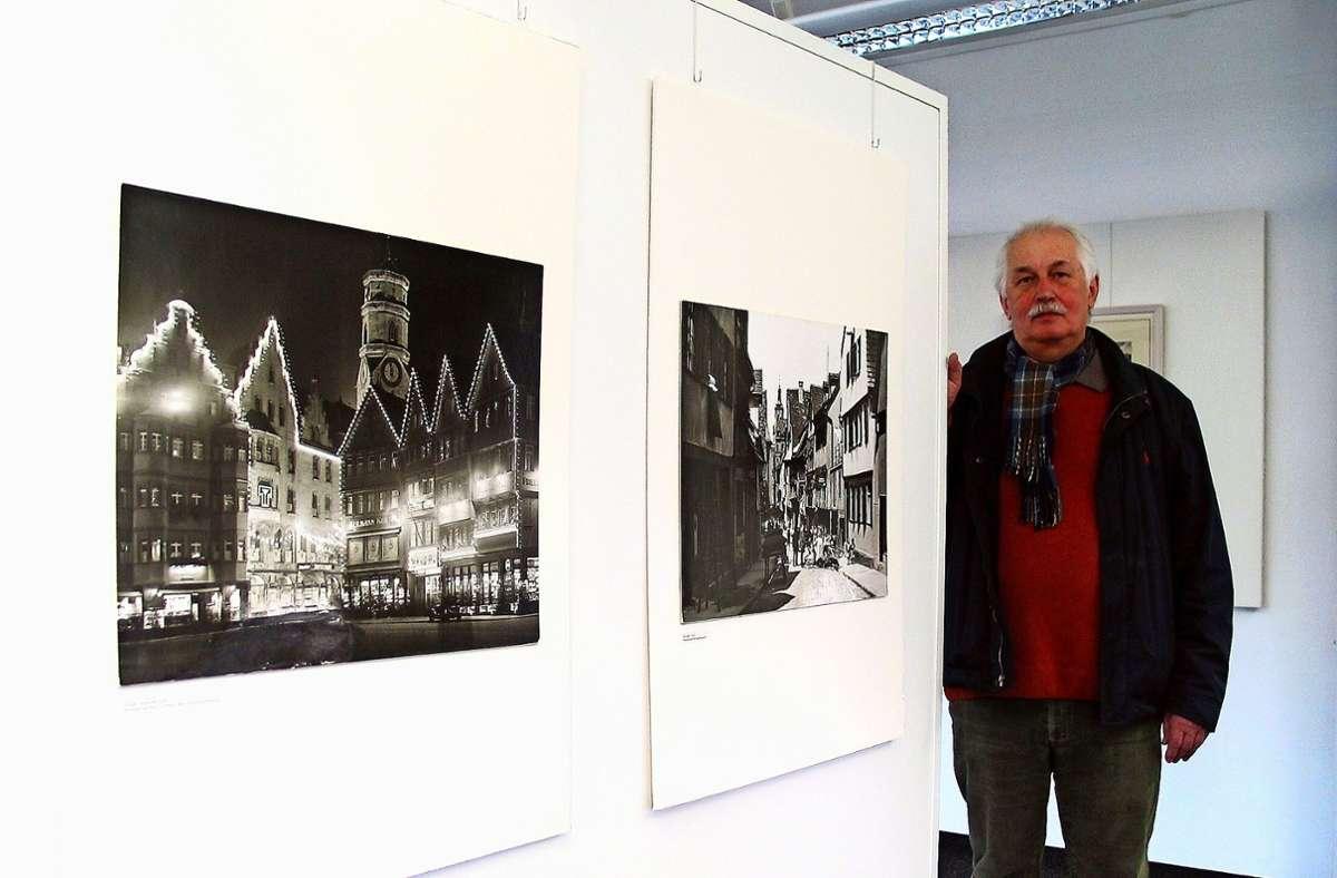 Waldemar Grytz mit einigen historischen  Fotos Foto: Susanne Müller-Baji
