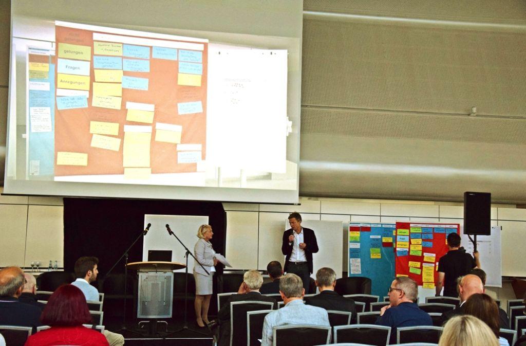 Die Moderatorin Ute Kinn und der Geschäftsführer Markus Pärssinen informierten die Besucher in der ehemaligen IBM-Kantine unter anderem über das weitere Vorgehen im städtebaulichen Ideenwettbewerb. Foto: Alexandra Kratz