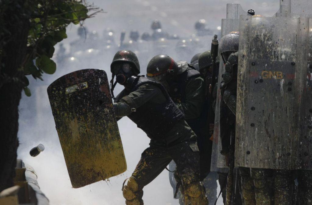 Seit Wochen toben Straßenschlachten in Caracas. Nur die Bewohner der Slums halten noch zu dem Regime von Präsident Maduro. Foto: AP