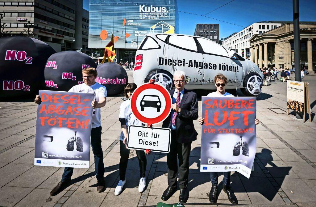Messungen der Deutschen Umwelthilfe zufolge stoßen die als sauber geltenden Euronorm-6-Diesel ein Vielfaches des zulässigen Stickstoffdioxids aus. Foto: Lichtgut/Achim Zweygarth