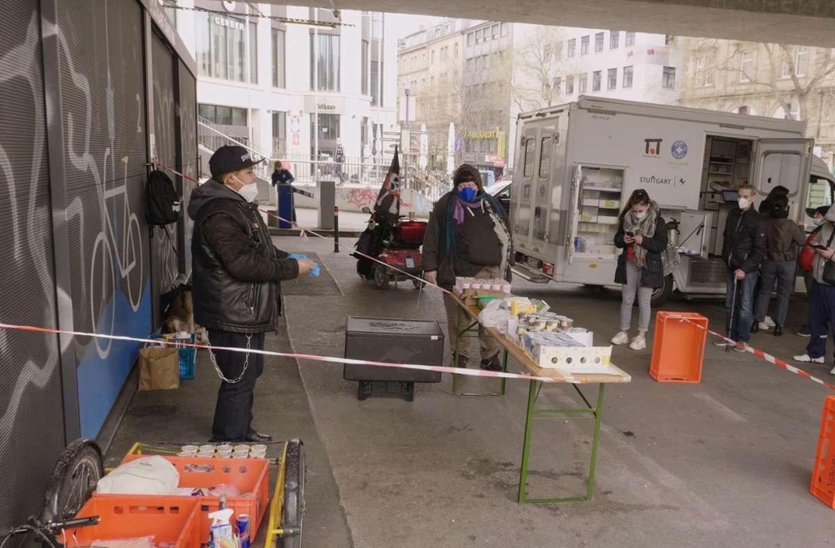 Zusammen mit seinen Mitstreitern verteilt Marvin (links) Essensspenden an bedürftige Menschen unter der Paulinenbrücke. Foto: Uwe Kassai