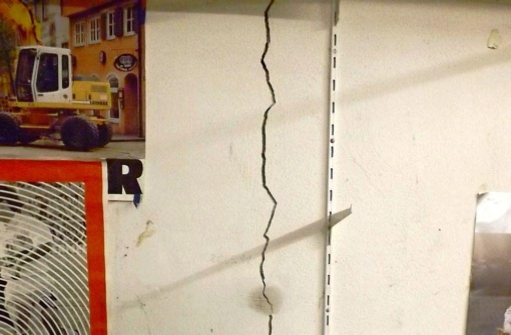 Risse wie diese sind in den Häusern aufgetreten. Foto:
