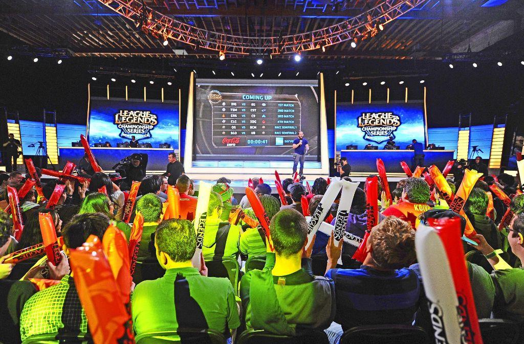"""Zuschauer bejubeln den Start der nordamerikanischen Wettkämpfe der """"League of Legends"""", einem der weltweit populärsten Onlinespiele. Foto: AFP"""