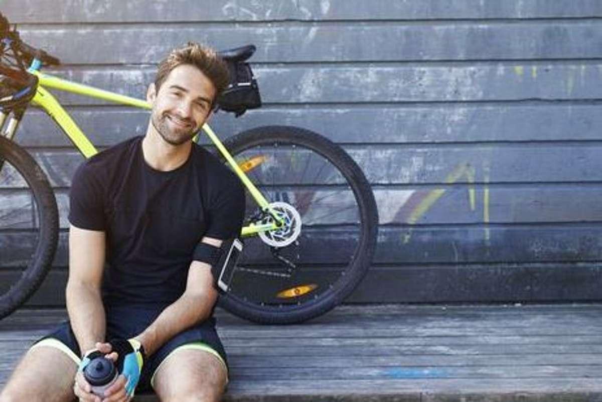 Atmungsaktiv und angenehm zu tragen - Funktionskleidung lässt bei der Fahrradtour gute Laune aufkommen. Foto: Shutterstock/sanneberg