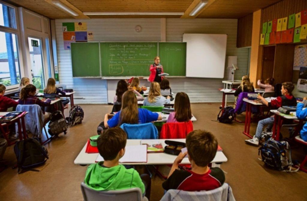 Die Lehrerin steht vorne, und die ganze Klasse macht dasselbe. Die Schule der Zukunft wird anders aussehen: Differenzierung ist das Gebot der Stunde. Foto: dpa