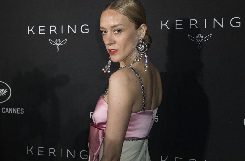 Ex-Model und Schauspielerin Chloe Sevigny kam mit großem Ohrschmuck und zartem Kleid. Foto: Invision/AP