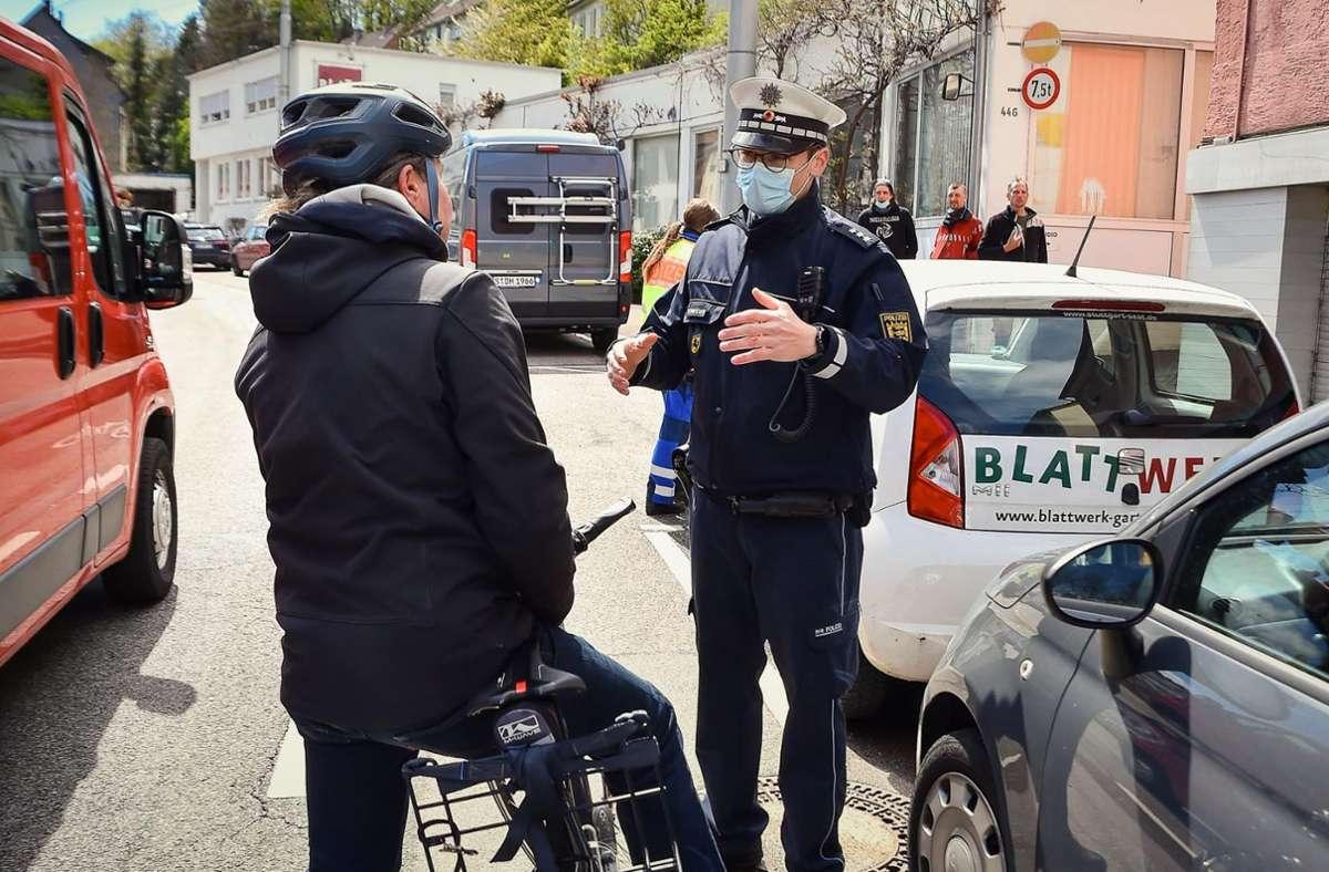 Polizeihauptkommissar Lars Schneider erklärt einem Radfahrer die Regeln an der Böblinger Straße. Foto: Lichtgut/Ferdinando Iannone