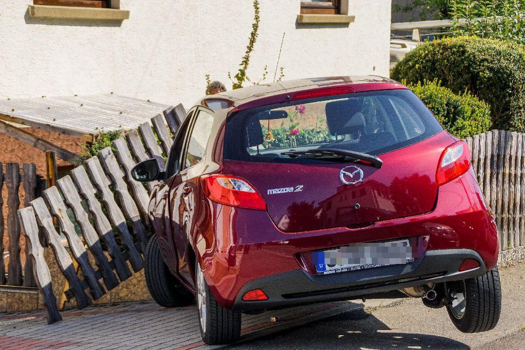 Eine 69-jährige Mazda-Fahrerin kracht durch einen Gartenzaun in Stuttgart-Vaihingen. Foto: SDMG