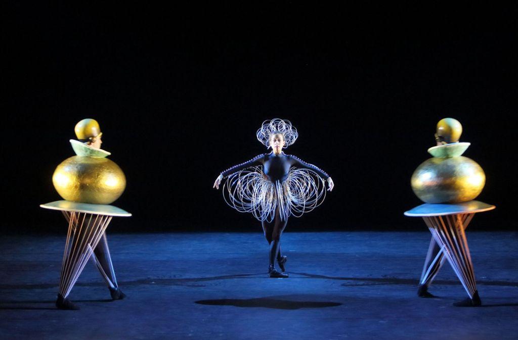 """Kugel, Scheiben, Pyramiden – Schlemmer bringt die Formen im """"Triadischen Ballett"""" zum Tanzen. Foto: Wilfried Hösl"""