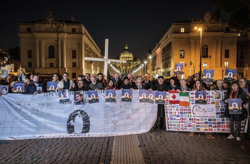 Missbrauchsopfer der katholischen Kirche, die sich im Netzwerk ECA (Ending of Clergy Abuse) organisiert haben, demonstrieren am Donnerstagabend in Rom. Foto: epd