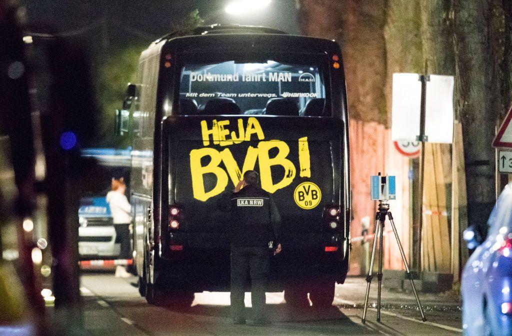 Der Dortmunder Bus wird kurz nach dem Anschlag am 11. April vor dem Mannschaftshotel von der Polizei untersucht. Foto: dpa