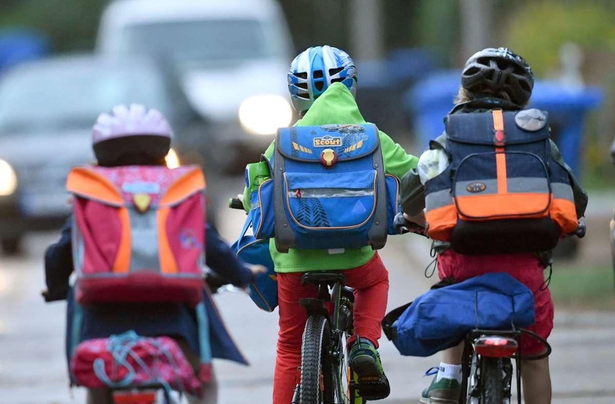 Schulkinder auf dem Schulweg Foto: dpa/Ralf Hirschberger
