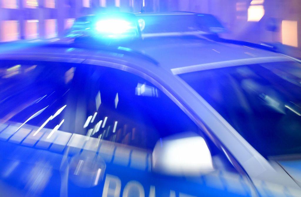 Die Polizei kann den betrunkenen 23-Jährigen in einem angrenzenden Feld schnappen (Symbolbild). Foto: dpa/Carsten Rehder